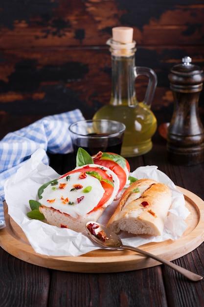 Saboroso sanduíche com mussarela em um prato Foto gratuita