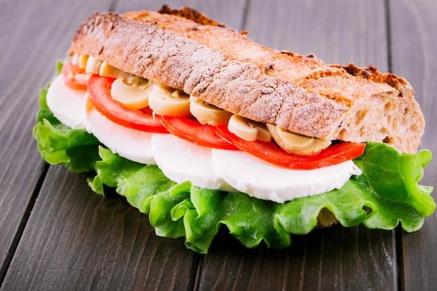 Saboroso sanduíche de cogumelos fatiados, tomate, ovos cozidos e salada Foto gratuita