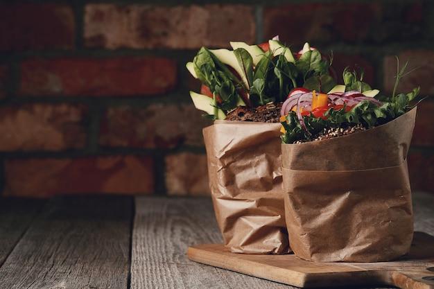 Saboroso sanduíche vegano em mesa de madeira Foto gratuita
