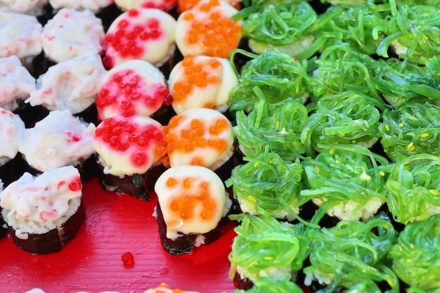 Saboroso sushi na comida de rua Foto Premium