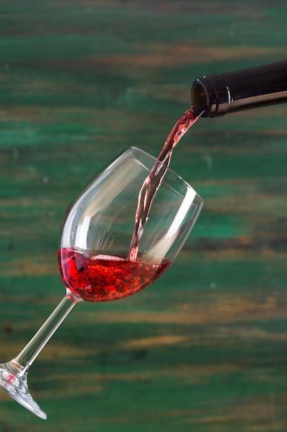 Saboroso vinho tinto, derramando em vidro Foto gratuita