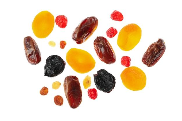 Saborosos frutos secos isolados em fundo branco Foto Premium
