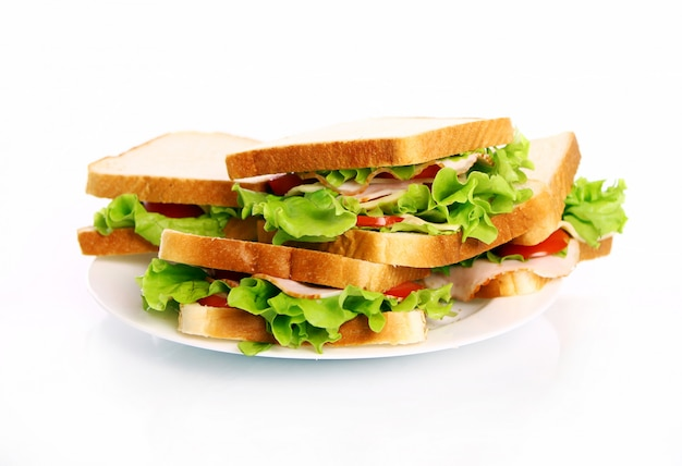 Saborosos sanduíches no prato Foto gratuita