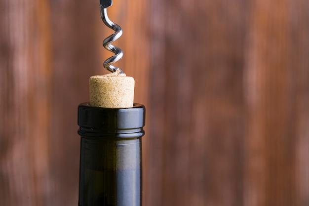 Saca-rolhas de close-up e cabeça de garrafa de vinho com espaço de cópia Foto gratuita