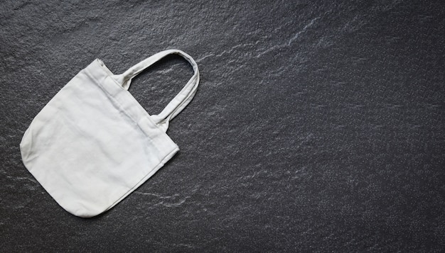 Saco branco da compra de pano do saco do eco da tela da lona do tote na obscuridade Foto Premium