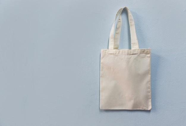 Saco branco da compra de pano do saco do eco da tela da lona do tote no fundo da parede Foto Premium