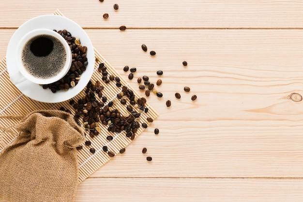 Saco com grãos de café e cópia espaço Foto gratuita