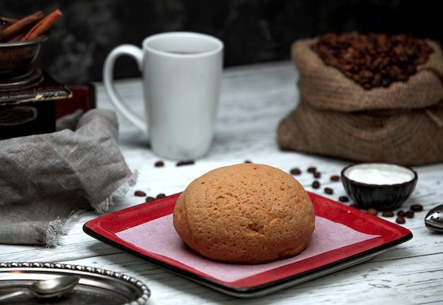 Saco com grãos de café e pão Foto gratuita