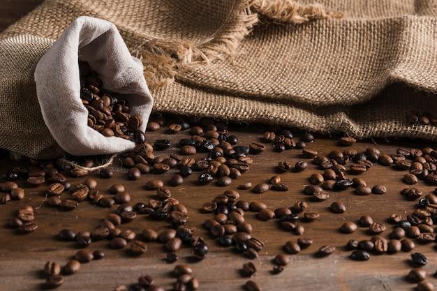Saco com grãos de café na mesa Foto gratuita