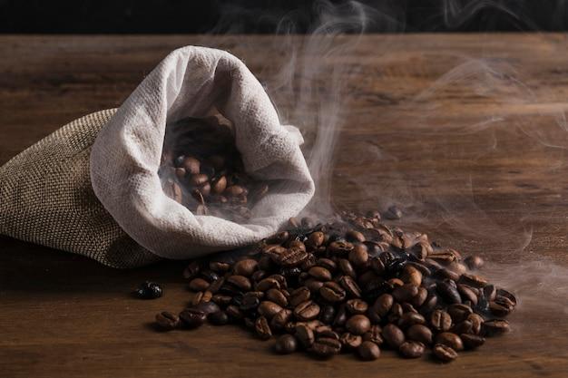 Saco com grãos de café quentes Foto gratuita