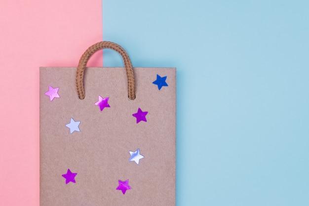 Saco de compra do papel do ofício no contexto textured papel. Foto Premium