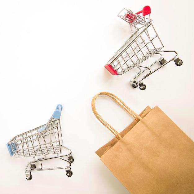 Saco de compras de artesanato perto de carrinhos de supermercado Foto gratuita