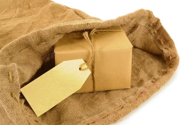 Saco de correio com pacote de papel pardo e etiqueta Foto Premium