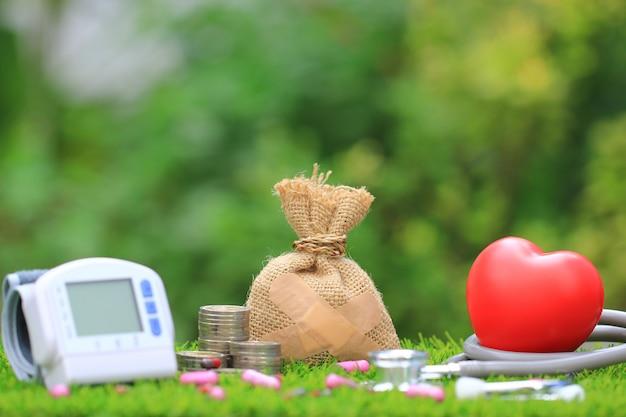 Saco de dinheiro anexado ao gesso com tonômetro médico Foto Premium