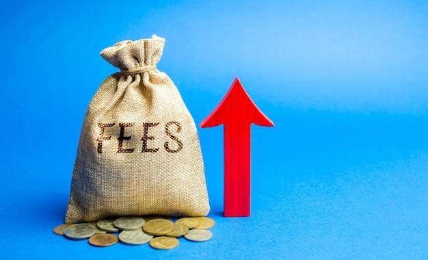 Saco de dinheiro com a palavra taxas e seta para cima. conceito de aumento de dever. Foto Premium