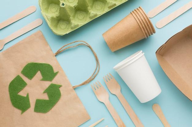 Saco de ecologia e pratos de mesa Foto gratuita