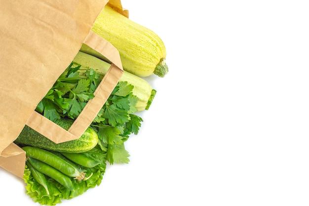 Saco de papel de diferentes vegetais verdes saudáveis. o conceito de nutrição adequada e alimentação saudável. comida orgânica e vegetariana. vista superior, plana leigos, copie o espaço para texto. Foto Premium