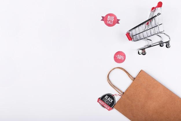 Saco de papel e carrinho de compras com cópia-espaço Foto gratuita