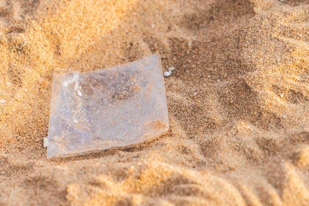 Saco de plástico e lixo de poluição na praia Foto Premium