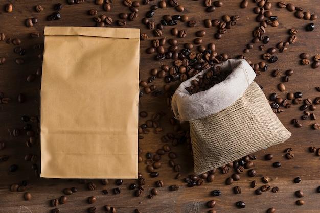 Saco e pacote com grãos de café Foto gratuita