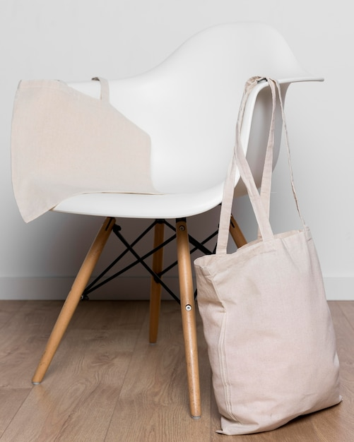 Sacola cheia e cadeira branca Foto gratuita