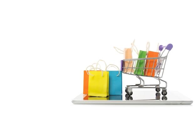 Sacola de compras em um carrinho com tablet Foto Premium