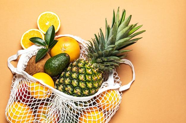 Sacola de malha com frutas Foto Premium