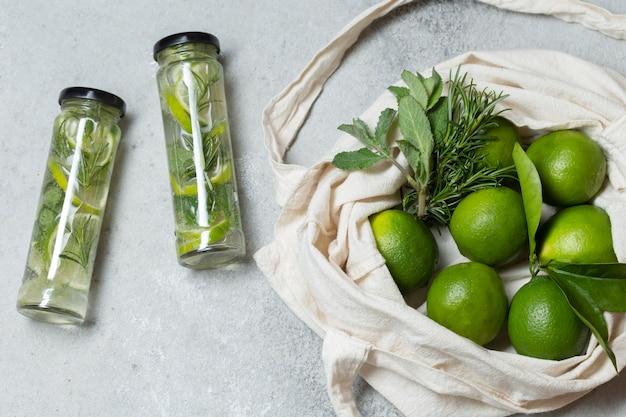 Sacola de vista superior com limão e água com infusão Foto gratuita