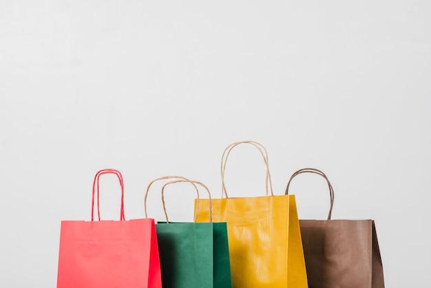 Sacolas de papel coloridas para compras Foto gratuita