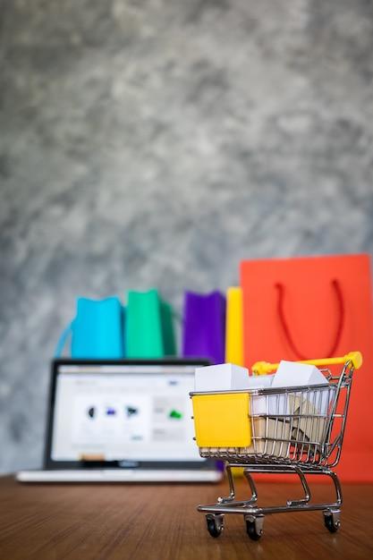 Sacolas para laptop e compras, conceito de compras on-line Foto gratuita