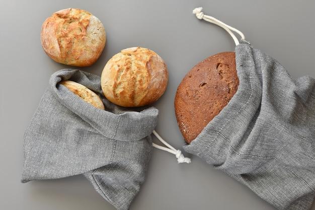 Sacolas reutilizáveis com pão, zero desperdício de compras. Foto Premium