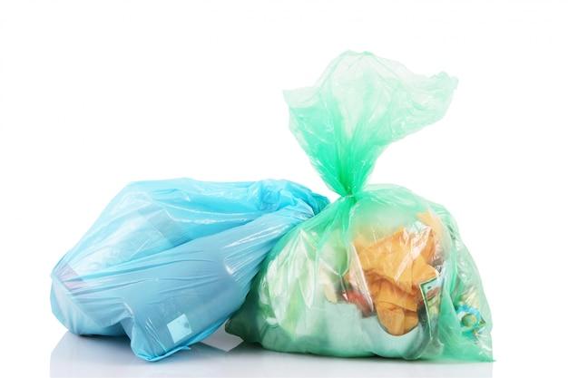 Sacos cheios de lixo em branco Foto Premium