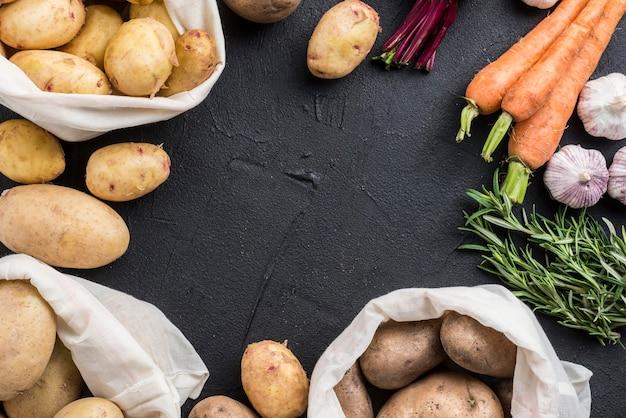Sacos com batatas e outros vegetais Foto gratuita