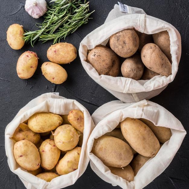 Sacos com batatas Foto gratuita