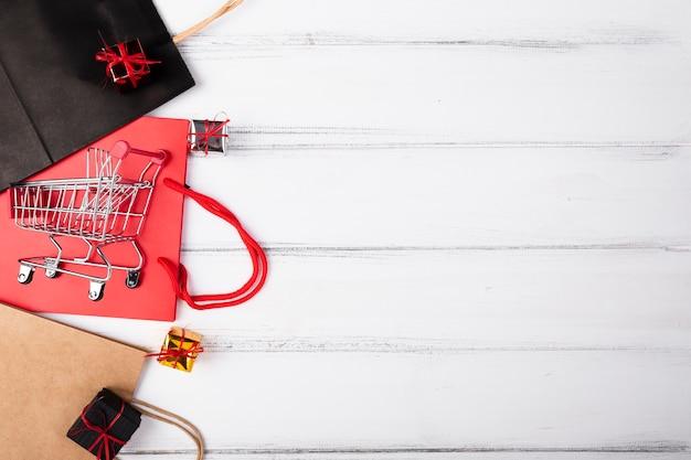 Sacos com presentes no topo da cópia-espaço Foto gratuita