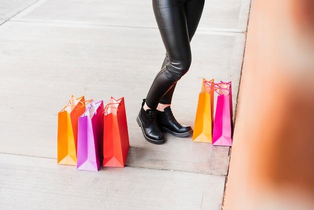 Sacos de compras na calçada Foto gratuita