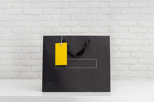 Sacos de compras na mesa Foto Premium