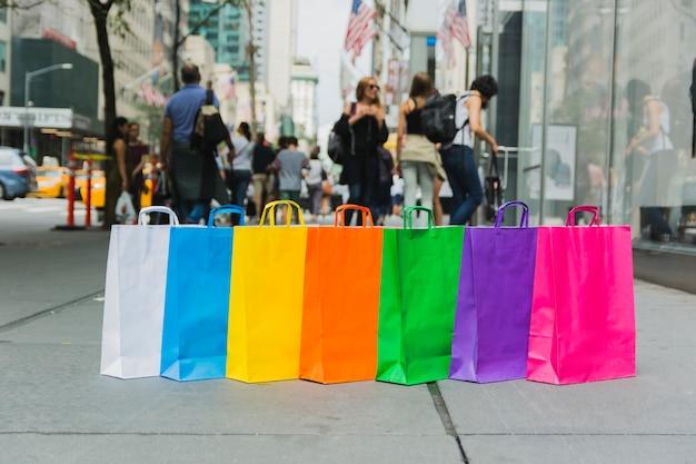 Sacos de compras na rua Foto gratuita
