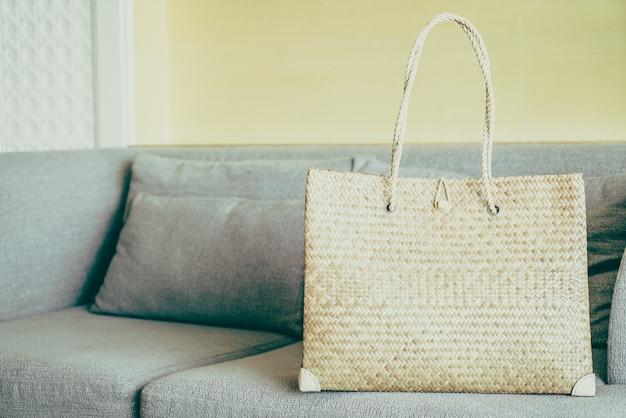 Sacos de mulheres no sofá Foto gratuita
