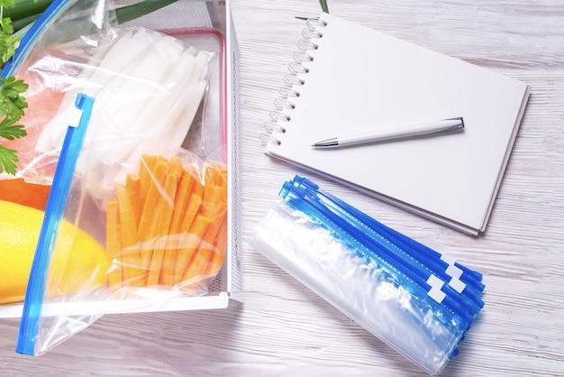 Sacos de plástico com fecho de correr para armazenamento de alimentos e frutas Foto Premium