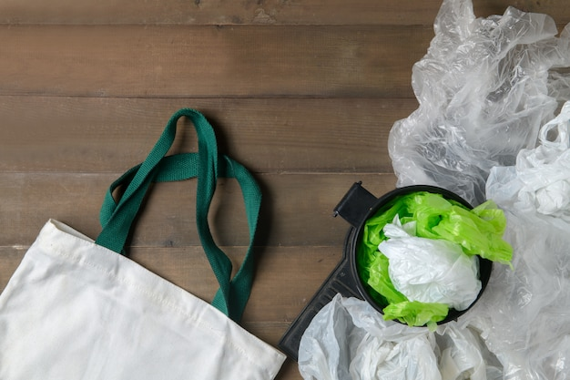 Sacos de plástico em caixa e sacola de lona em madeira Foto Premium