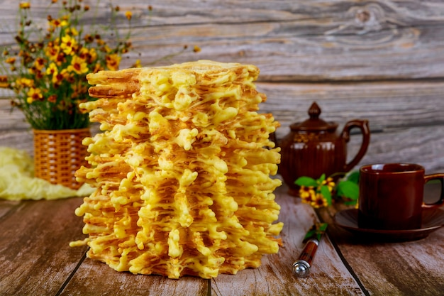 Sakotis de bolo em camadas tradicional lituano com chá na superfície de madeira. Foto Premium