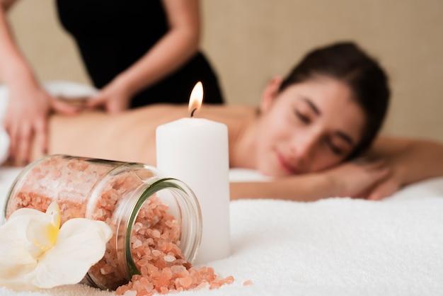 Sal de banho e vela no spa Foto gratuita