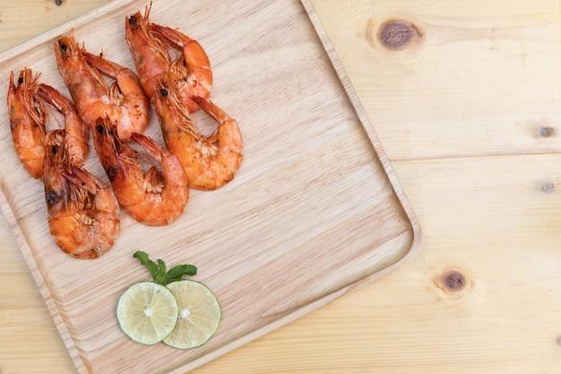 Sal de camarão cozido no prato de madeira com molho de pimenta tailandesa Foto Premium