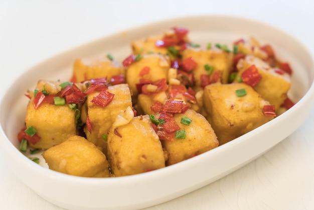 Sal de pimenta frita de tofu Foto gratuita