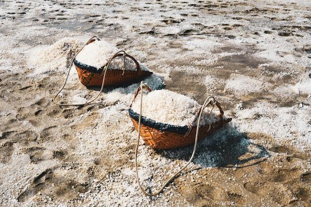 Sal evaporação lagoa, sal na fazenda de sal do mar, tailândia Foto Premium