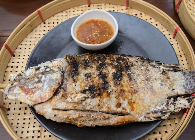 Sal grelhado crusted peixe, cozinha tailandesa Foto Premium