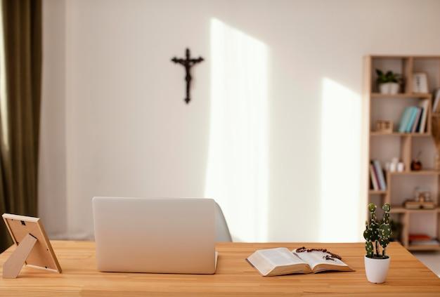 Sala com cruz na parede branca Foto gratuita