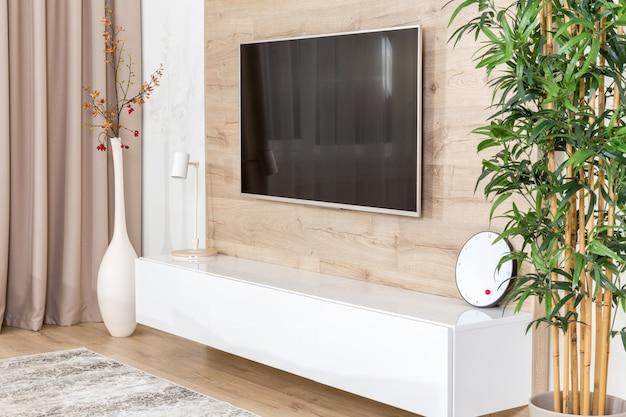 Sala de estar com sofá e tv led na parede de madeira Foto Premium