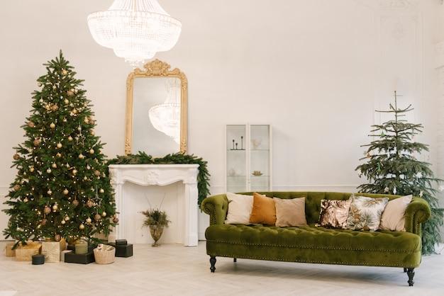 Sala de estar com uma decoração de natal. fundo de férias. ano novo Foto Premium